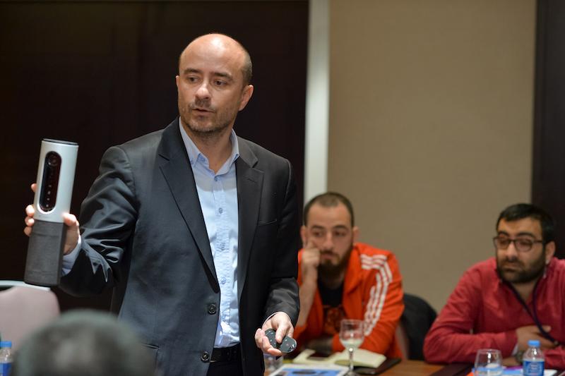 Logitech Türkiye Müdürü Mustafa Uyar yenilenen B2B çözümleri basına tanıtıyor.
