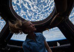Uzay İstasyonunda yazıcıyı değiştirme operasyonu