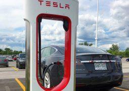 Tesla 10 bininci şarj istasyonunu açtı