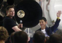 SpaceX'in Ay turisti 8 yolcu daha arıyor